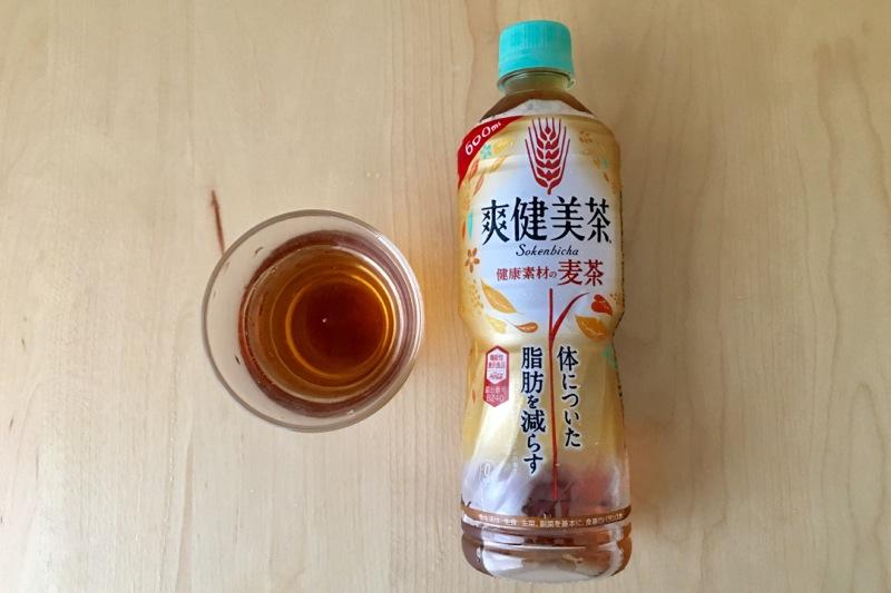 爽健美茶麦茶の水色